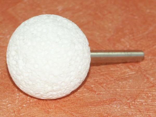 Muschelstein kugelförmig mit Schaft